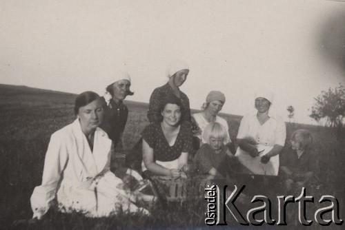 Wystawa płodów rolnych na zakończenie konkursu zorganizowanego przez miejscowe Koło Gospodyń Wiejskich, Sienkiewicze, lata 30.: